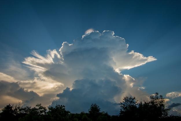 Céu azul com fundo das nuvens brancas. luz solar, abstrato.