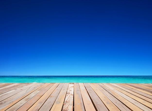 Céu azul com fundo do assoalho de madeira
