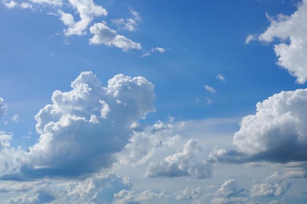 Céu azul com fundo natural de nuvem branca