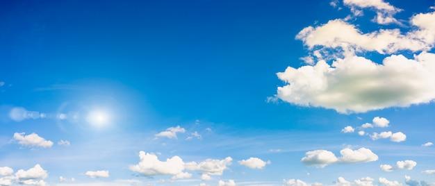 Céu azul com fundo natural do sol.