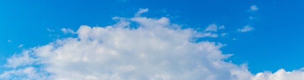 Céu azul com grande nuvem branca, panorama