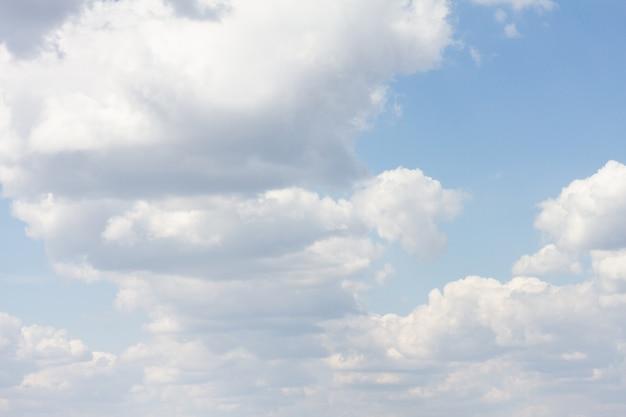 Céu azul com muitas nuvens. fundo limpo natural com espaço de cópia