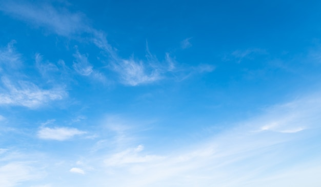 Céu azul com nuvem branca suave