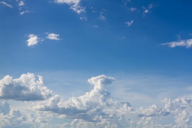 Céu azul com nuvem branca