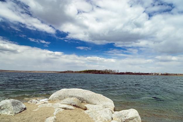 Céu azul com nuvens bonitas e o lago chebachie grande. parque natural nacional burabay na república do cazaquistão