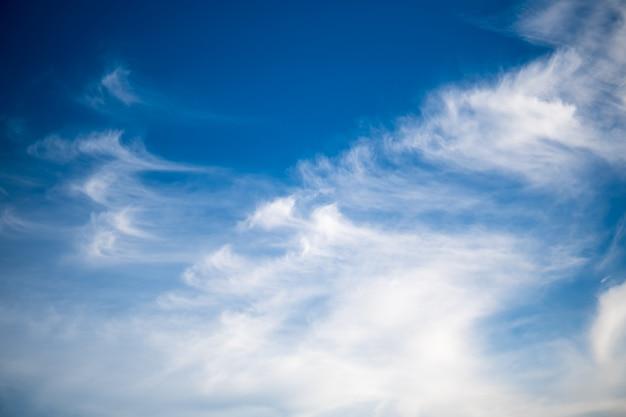 Céu azul com nuvens brancas. céu azul brilhante com nuvens macias em um dia ensolarado.
