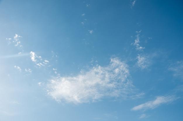 Céu azul com nuvens brancas e fofas. fundo de céu natural perfeito para suas fotos.
