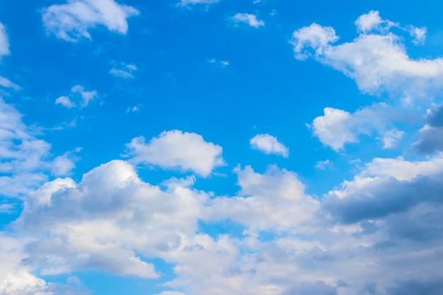 Céu azul com nuvens brancas em tempo ensolarado