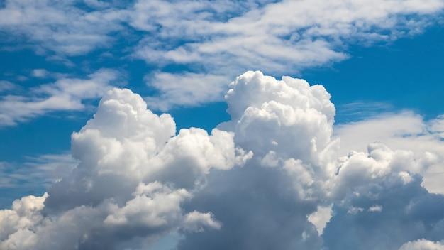 Céu azul com nuvens brancas encaracoladas em tempo ensolarado Foto Premium