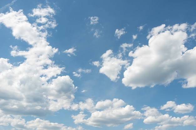 Céu azul com nuvens brancas fofas. fundo de céu natural perfeito, papel de parede, cartão de felicitações.