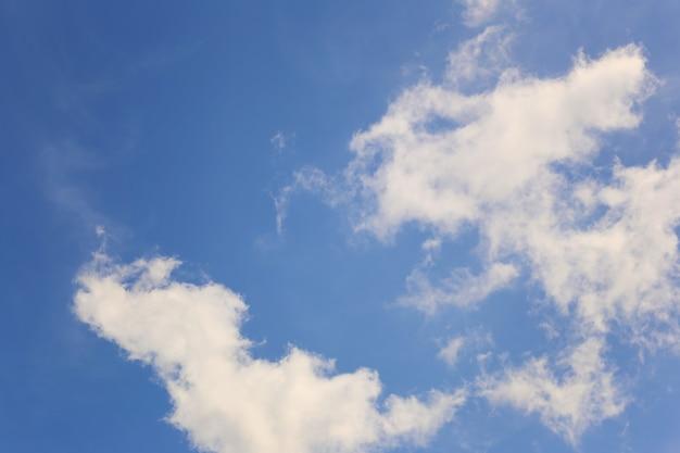 Céu azul com nuvens brancas no fundo do dia para o projeto no conceito de ideia de trabalho.