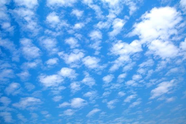 Céu azul com nuvens brancas para plano de fundo e textura