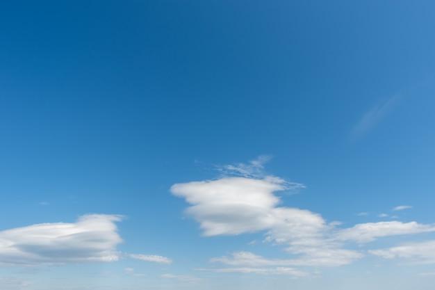 Céu azul com nuvens brancas rodopiantes leves. fundo de céu natural perfeito para suas fotos.