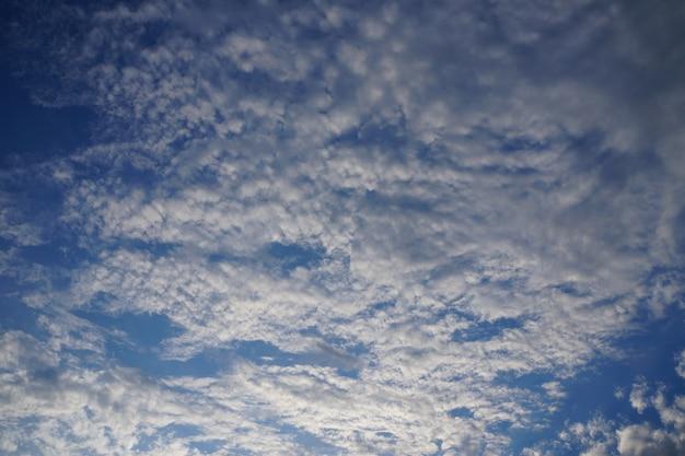 Céu azul com nuvens brancas