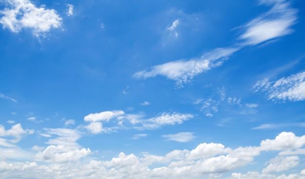 Céu azul, com, nuvens brancas