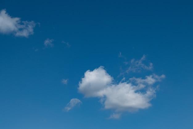 Céu azul com nuvens close-up