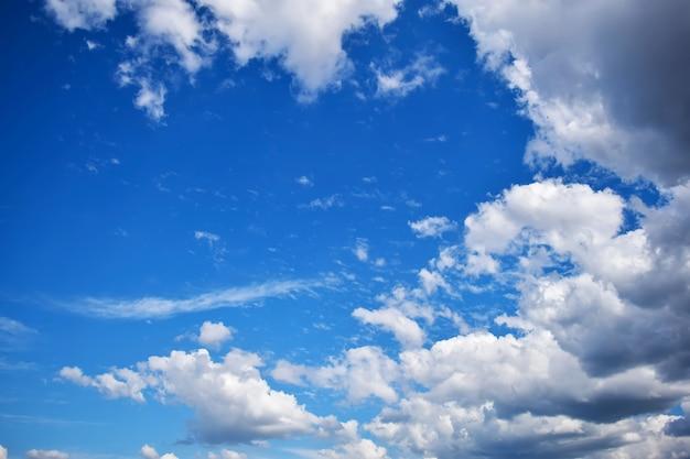 Céu azul com nuvens close up