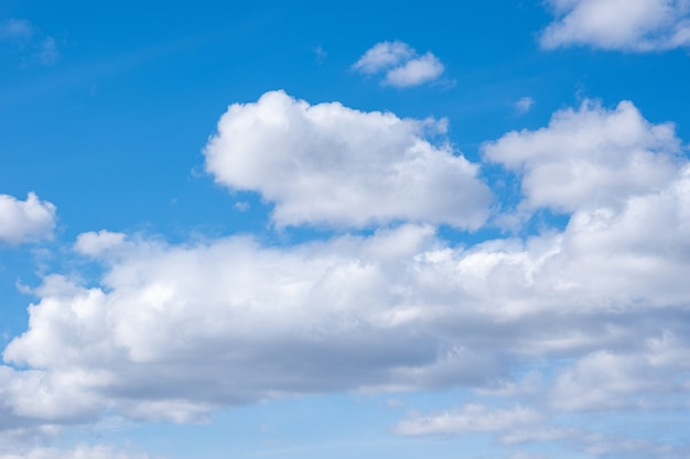 Céu azul com nuvens cúmulos brancas. superfície de céu natural perfeita para suas fotos.