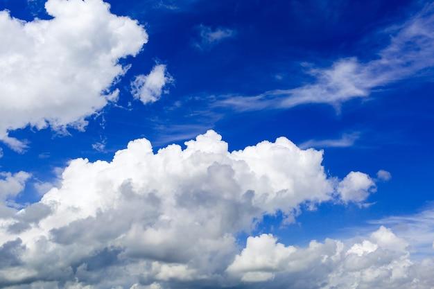 Céu azul com nuvens cumulus