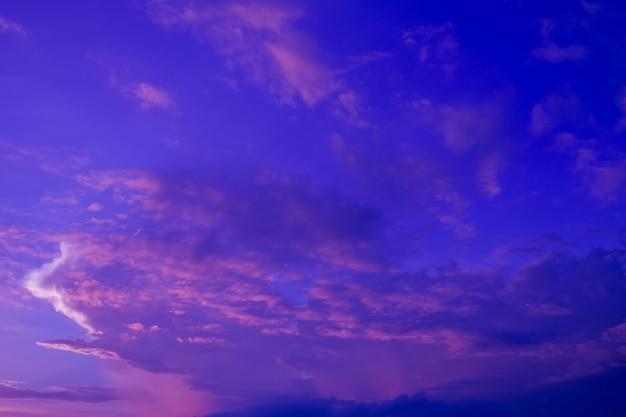 Céu azul com nuvens de fundo, horário de verão, lindo céu
