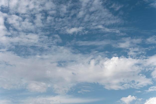 Céu azul com nuvens de vento plano horizontal