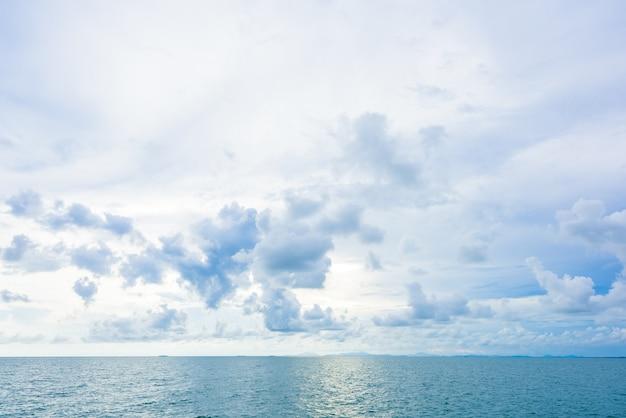 Céu azul com nuvens e fundos do mar