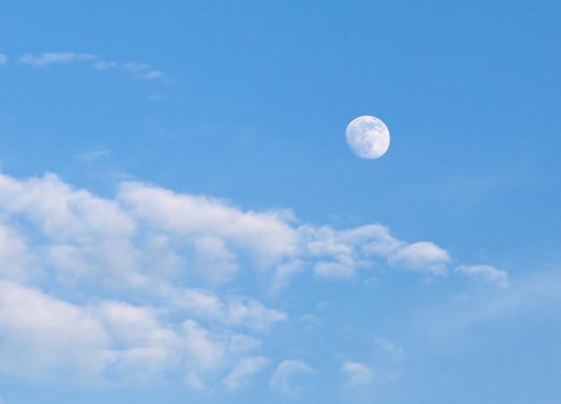 Céu azul, com, nuvens, e, lua