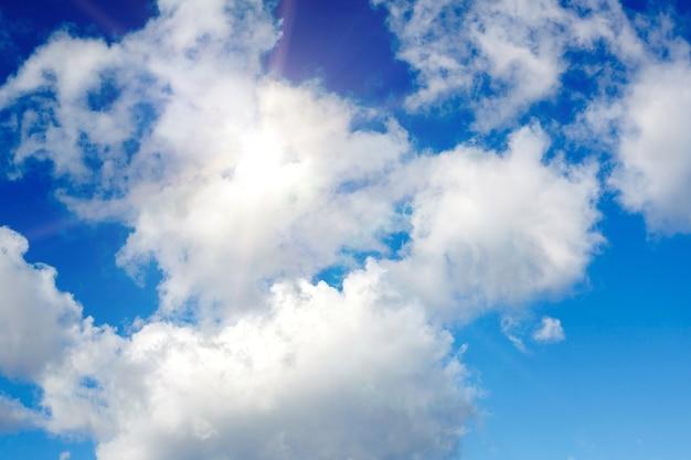 Céu azul com nuvens e luz solar intensa. foto de alta qualidade