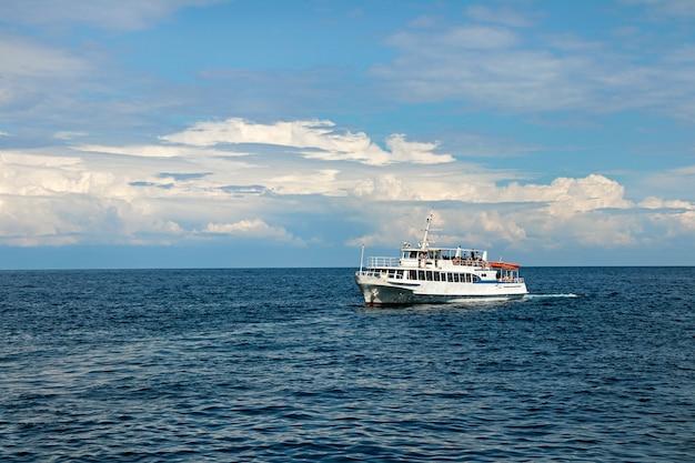 Céu azul com nuvens e mar calmo