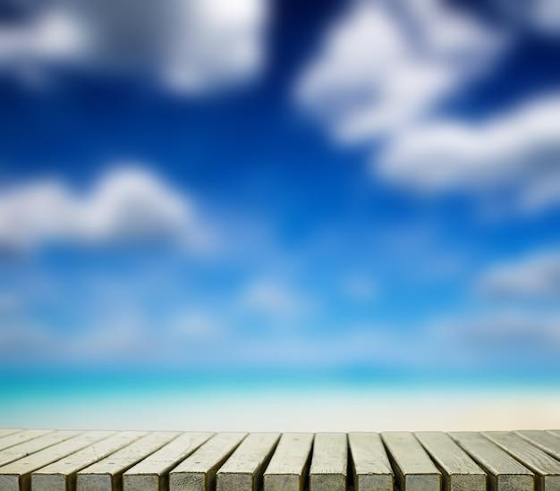 Céu azul com nuvens e suporte de madeira