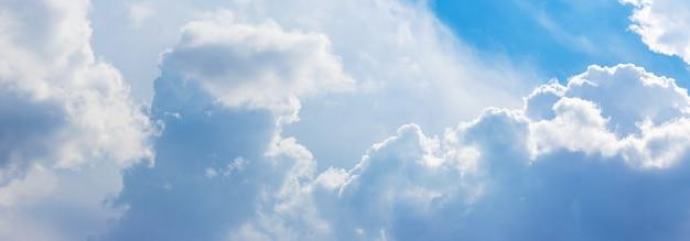 Céu azul com nuvens fantásticas em tempo ensolarado