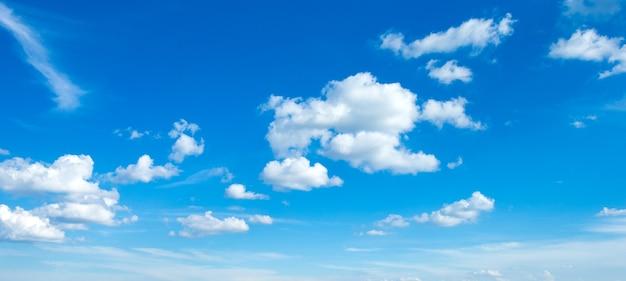 Céu azul com nuvens. fundo da natureza