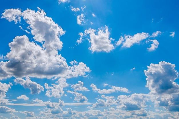 Céu azul com nuvens. fundo do céu azul. copyspace.