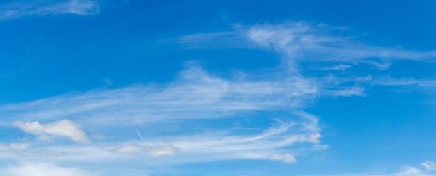 Céu azul com nuvens longas e brilhantes, panorama