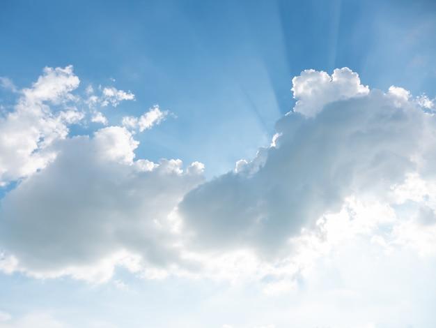 Céu azul com nuvens no dia ensolarado