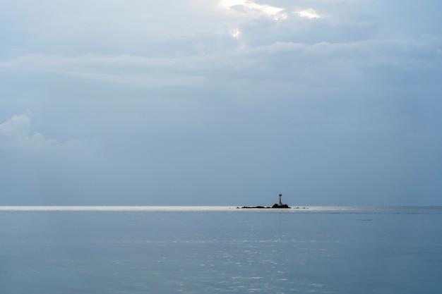 Céu azul com nuvens sobre a água do mar. composição da natureza. tailândia