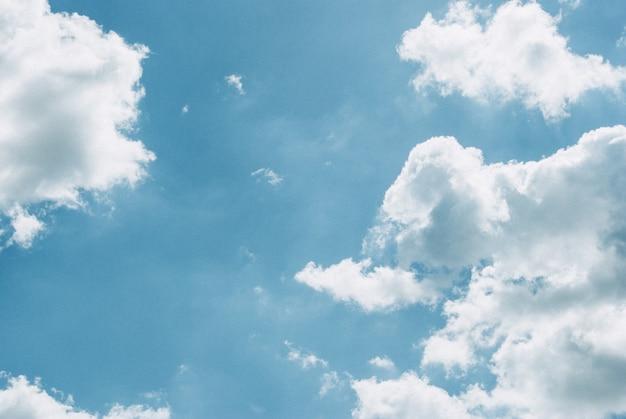Céu azul com nuvens.