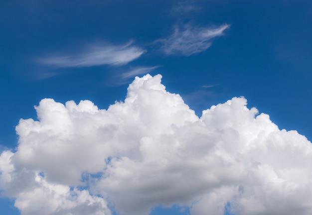 Céu azul com o close up das nuvens para o conceito da natureza do fundo ou do backgrop