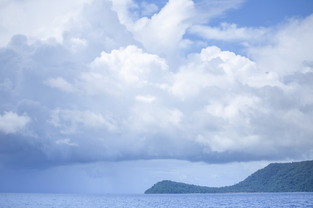 Céu azul com o mar