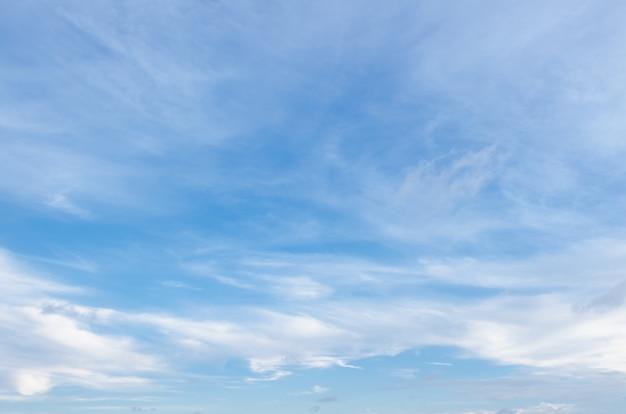 Céu azul com pequenas nuvens