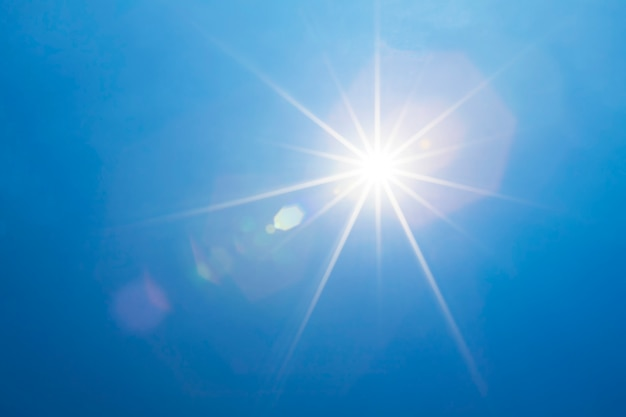 Céu azul com raios brilhantes da luz do sol e do feixe luminoso ou do sol.
