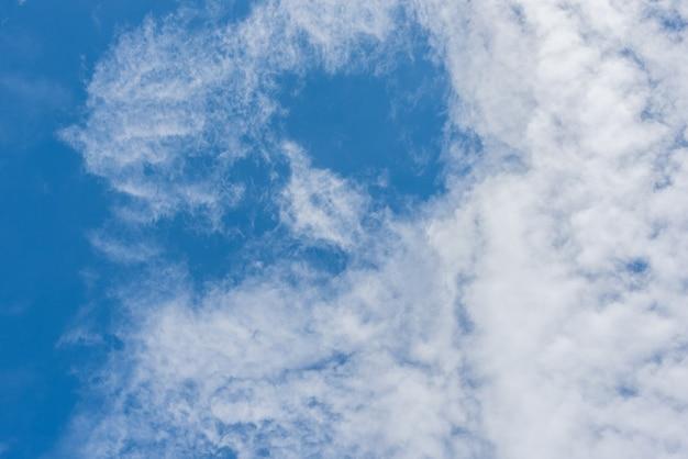 Céu azul com tempo de luz solar de nuvens. luz do sol de verão dia hora. fundo da natureza e conceito de textura.