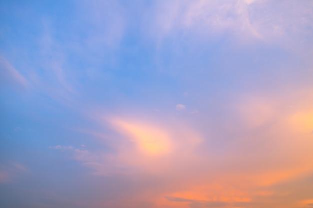 Céu azul com tons de laranja