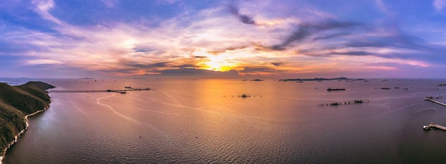 Céu azul da paisagem crepuscular do panorama a montanha do mar e a parte superior aérea do óleo da estação do transporte