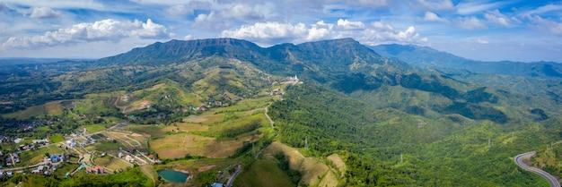Céu azul da paisagem da opinião aérea do panorama e montanha com rocha do penhasco khao-kho tailândia