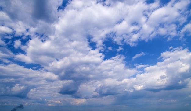 Céu azul de grande angular