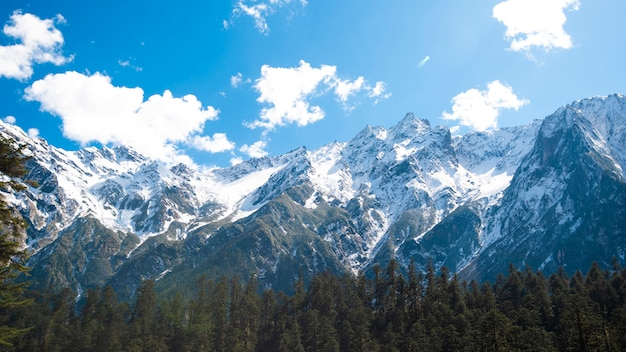 Céu azul de montanha de neve