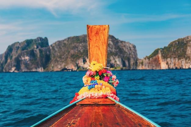 Céu azul de verão com barco longo e mar na ilha de phi phi em krabi, tailândia.