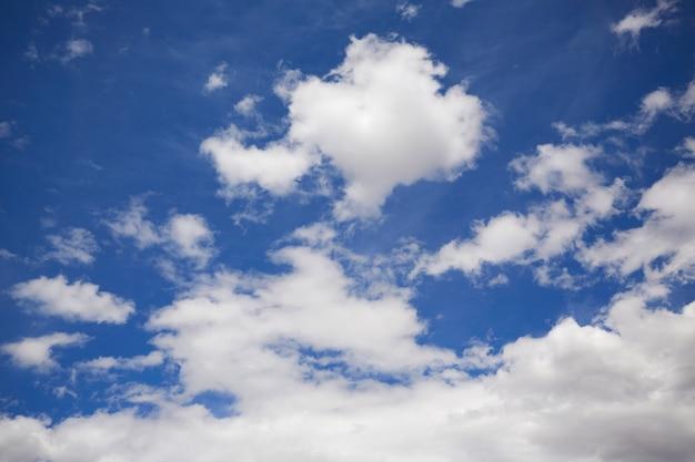 Céu azul de verão com nuvens brancas