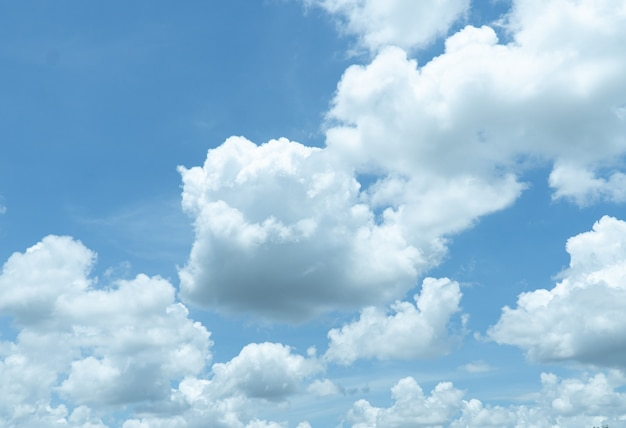 Céu azul de vistas estreitas embaçadas com nuvem no conceito de natureza da tarde.